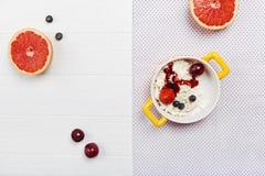 Einfache Morgenmahlzeit vereinbart mit Früchten Stockbild
