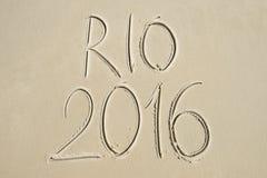 Einfache Rio-Mitteilung 2016 handgeschrieben auf Sand-Strand Lizenzfreie Stockfotografie