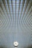 Einfache runde Borduhr im futuristischen Innenraum Lizenzfreies Stockbild