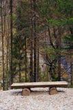Einfache rustikale Holzbank in Brenta-Dolomit an einem schönen Herbsttag Lizenzfreie Stockbilder