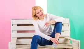 Einfache Schönheit Sie ist einfach herrlich Schönes Lächeln der jungen Frau beim Sitzen auf Bank gegen rosa Hintergrund Mädchen lizenzfreies stockfoto
