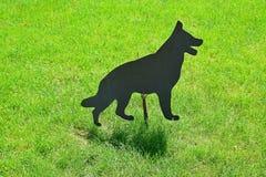 Einfache schwarze Metallhundevogelscheuche Stockbilder