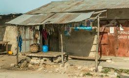 Einfache Straße im afrikanischen Dorf Stockbild