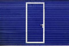Einfache Tür in der blauen Wand Stockbild