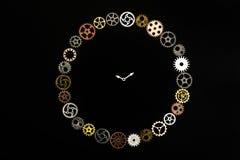 Einfache Uhr hergestellt aus kleinen Zahnrädern heraus Lizenzfreie Stockfotografie