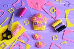 Einfache Wanddekoration machen vom Filz Handcraft Versorgungen auf einem Holztisch Frühling oder Sommer macht Idee für Kinder und Lizenzfreie Stockfotografie