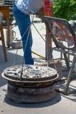 Einfache Weise, Kohle in der maximalen Menge durch offenen gro?en Fan in China zu brennen stockbild