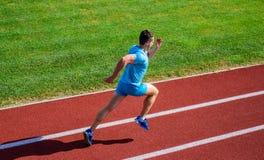 Einfache Weisen, Fahrgeschwindigkeit und Ausdauer zu verbessern Sportliche Form des Athletenläufers in der Bewegung Zu erzielen M lizenzfreie stockfotografie