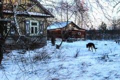Einfache Winterlandschaft eines gewöhnlichen kleinen Dorfs stockbilder