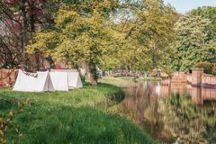 Einfache Zelte gründeten im Schlosspark während des Elfen-Fantasie-Fas Stockfotos