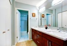 Einfacher Badezimmerinnenraum mit Eitelkeitskabinett und -spiegel Stockfotos