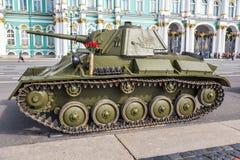 Einfacher Behälter des Sowjets T-70 von Zeiten des Zweiten Weltkrieges auf der Militär-patriotischen Aktion auf Palast-Quadrat, S lizenzfreie stockfotos