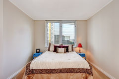 Einfaches Beige Schlafzimmer Stockfoto - Bild von metall, wohnung ...