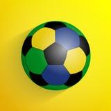 Einfacher bunter Fußballball mit dem Schatten lokalisiert auf gelbem BAC Stockfotos