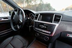Einfacher dennoch stilvoller und ausgeglichener Innenraum eines modernen Autos stockfotografie