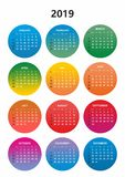 Einfacher Farbkalender für das Jahr 2019 Die Namen von Tagen und von Monaten nummerierten in Folge Tage in den farbigen Kreisen a stockbilder