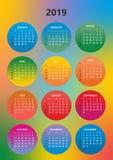 Einfacher Farbkalender für das Jahr 2019 Die Namen von Tagen und von Monaten nummerierten in Folge Tage in den farbigen Kreisen a lizenzfreie abbildung