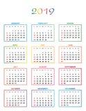 Einfacher Farbkalender für das Jahr 2019 Die Namen von Tagen und von Monaten nummerierten in Folge Tage in den farbigen Quadraten lizenzfreie abbildung