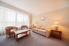 Einfacher heller bequemer Raum im Hotel Stockfotos