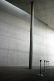 Einfacher moderner konkreter Innenraum mit Tabellen Stockbild