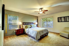 Einfacher Schlafzimmerinnenraum mit Bett und Stuhl Stockbild
