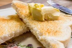 Einfacher Toast auf einer Platte mit Messer Lizenzfreies Stockfoto