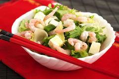 Einfacher und gesunder Salat der Garnele, der Mischgrüns und der Tomaten Stockfoto