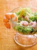 Einfacher und gesunder Salat der Garnele, der Mischgrüns und der Tomaten Stockbilder