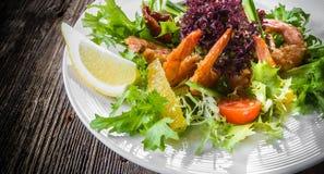 Einfacher und gesunder Salat der Garnele, der Mischgrüns und der Tomaten Lizenzfreie Stockbilder