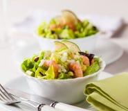 Einfacher und gesunder Salat der Garnele, der Mischgrüns und der Tomaten Lizenzfreies Stockfoto