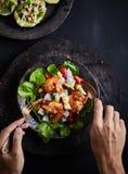 Einfacher und gesunder Salat der Garnele, der Mischgrüns und der Tomaten Stockbild