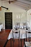 Einfacher weißer Gaststätteinnenraum Stockfotografie