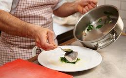 Einfaches aber geschmackvolles Stück der gedämpften Seebarschleiste Stockfoto