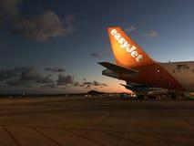 Einfaches Düsenflugzeug auf dem Sonnenuntergang Lizenzfreie Stockbilder