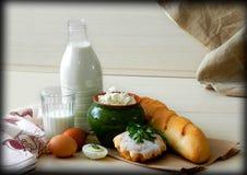 Einfaches Dorf Frühstück mit Brot und Milch lizenzfreie stockfotos