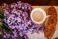 Einfaches Frühstück des Kaffees und des Brötchens Stockfoto