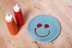 einfaches Frühstück mit Lächelngesicht auf Teller Stockfotografie