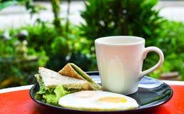 Einfaches Frühstück, sauberes Lebensmittel für Gesundheit, Spiegeleier, Vollweizenbrot und schwarzer Kaffee Lizenzfreie Stockfotografie