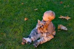 Einfaches Gl?ck r Gl?ckliche Kindheit S??e Kindheitsged?chtnisse Kind lizenzfreie stockfotografie