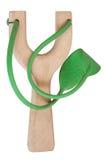 Einfaches hölzernes Katapult mit grünem Gummiband Lizenzfreie Stockbilder