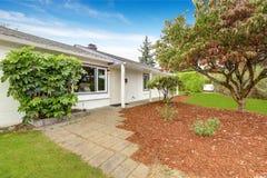 Einfaches Haus außen mit Landschaft Stockfoto