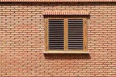 Einfaches Haus-Fenster auf Backsteinmauer Lizenzfreie Stockbilder