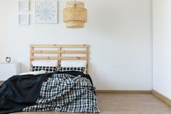 Einfaches, leeres Schlafzimmer lizenzfreie stockbilder