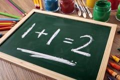 Einfaches Mathe 1+1=2 auf kleiner Schultafel oder -tafel Stockfoto