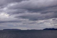 Einfaches Meer und Berg lizenzfreie stockbilder