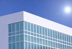 Einfaches modernes stilvolles weißes Gebäude Stockfotos