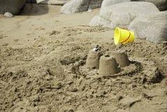 Einfaches Sandburg mit gelbem Eimer Lizenzfreies Stockbild