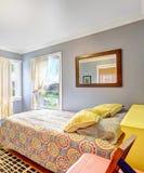 Einfaches Schlafzimmer mit hellblauen Wänden Stockbild