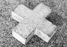 Einfaches Steinkreuz (Schwarzweiss) Stockfotos