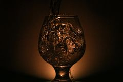 Einfaches Stilllebenfoto des Alkohols im Weinglas und im hellen s Stockbilder